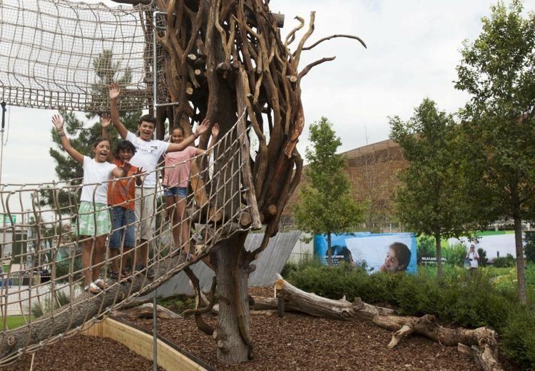 kinder spielplatz mit netz auf baum | communitygardenideas, Gartengerate ideen