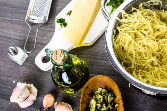 Cette recette de cheveux d'ange prend moins de 15 minutes à réaliser. Son pesto d'amandes et d'artic... - Shutterstock