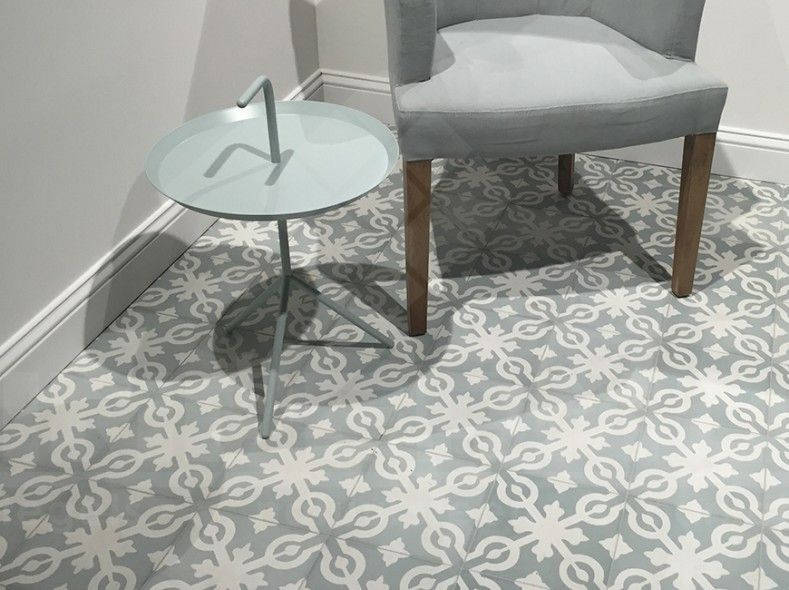 Impermo handgemaakte vintage cementtegels in zacht grijs retro vloertegel badkamer for Gang grijs en wit