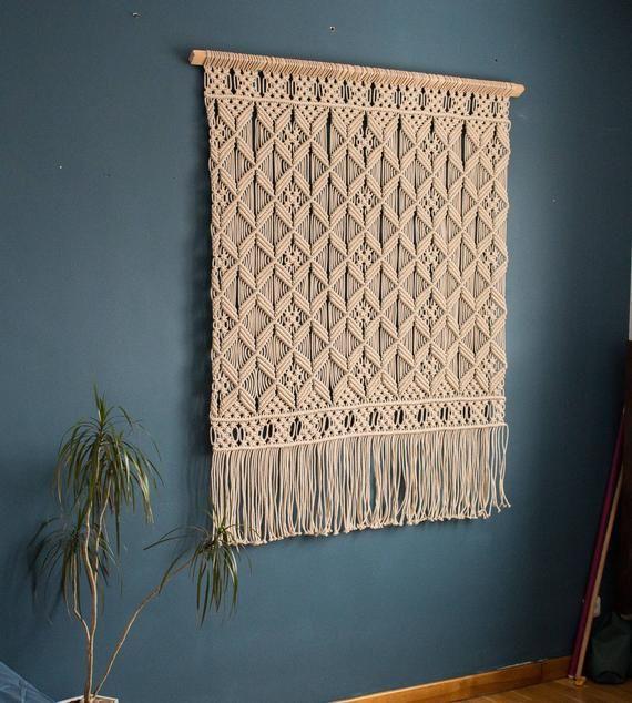 Diese gewebten Wandbehang ist reine Schönheit. Diese große Makramee-Wandbehang war Liebe auf den ersten Blick. Ich mag die Textur dieser Wandteppich für das Gefühl der Baumwollseil und Rhythmus der Knoten. Seine einfache Muster ist über Balance und Schönheit. Inspiration zu dieser gewebten