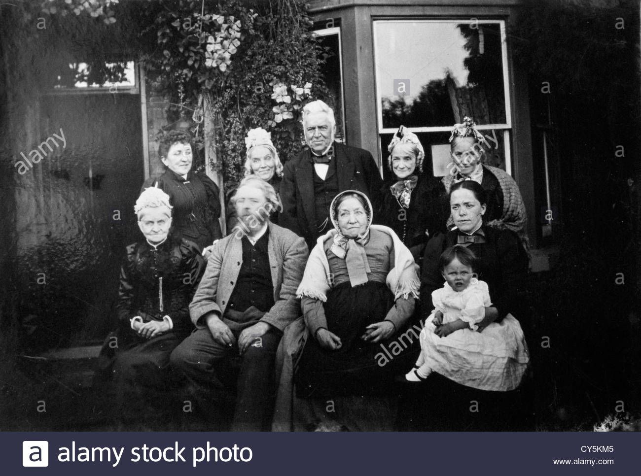 victorian-vintage-family-group-photographs-1890s-homer-sykes-relatives-CY5KM5.jpg (1300×966)