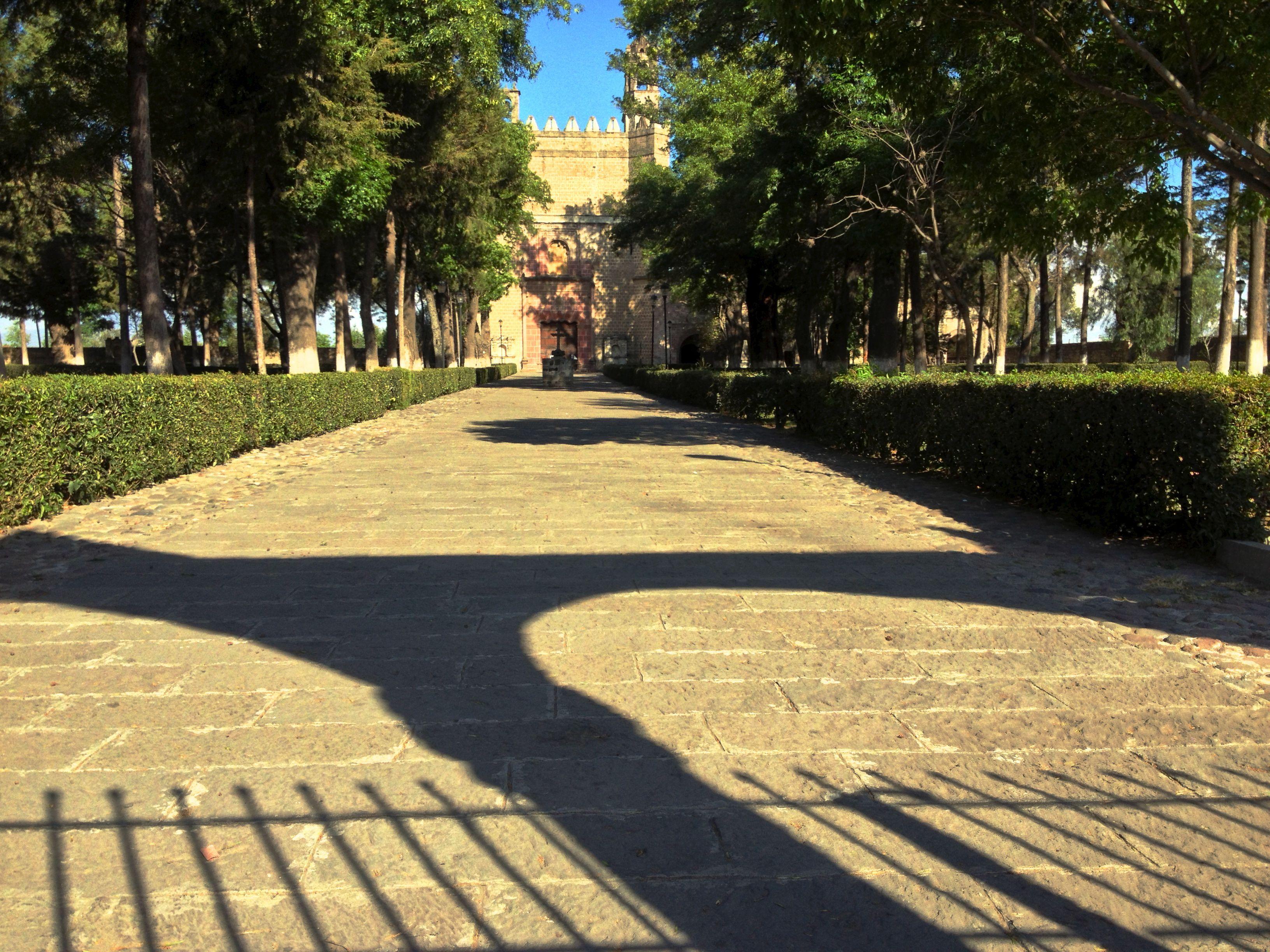 Entrada principal, contempla la cruz de piedra céntrica.Dando una ángulo a cuatro hermosas capillas; Crea  su centro en el patio.