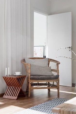 Minimalistisch schlicht reduziert monochrom weiß wohntextilien hellgrau holz stuhl dekoration wohnen einrichten dekorieren interior design wohnideen