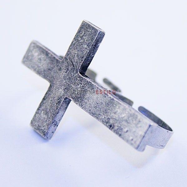 Anillo doble metálico en forma de cruz. Ajustable al tamaño deseado, color plateado. 6,25€