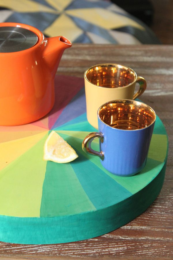 DIY colorwheel serving tray: add a spot of color to your kitchen.