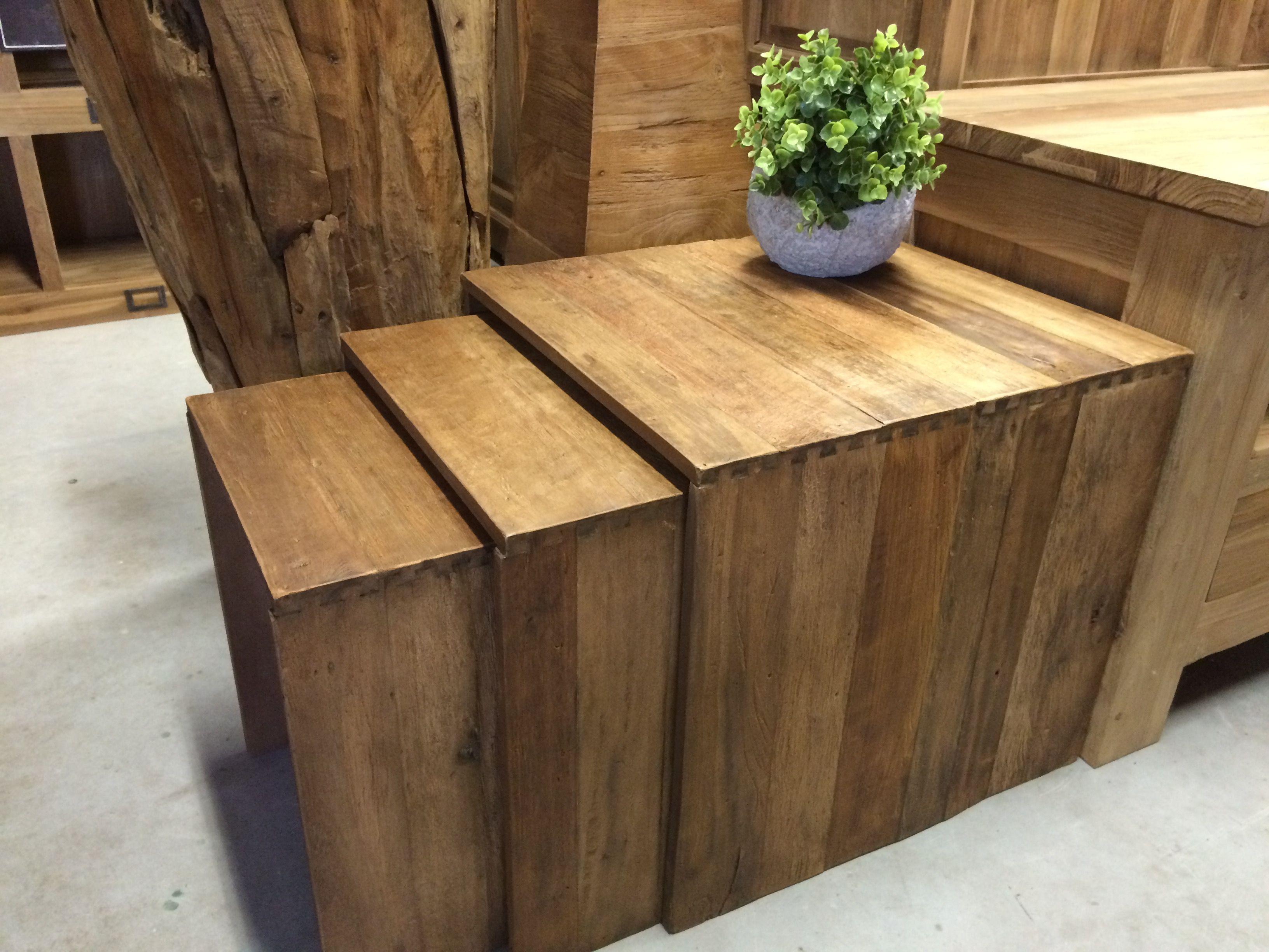 Bijzettafeltjes 3 stuks van exotic wood, Aziatisch hardhout. De grovere structuur geeft die warme uitstraling en is maakt het een fantastisch decoratiestuk.