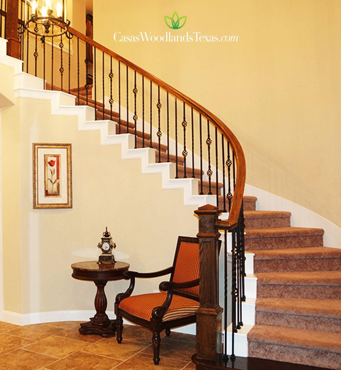 Escaleras alfombradas con barandal de hierro forjado y for Planos de escaleras de hierro