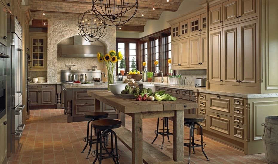 Like This Kitchen Rustic Table Wood And Painted Cabinetry Stone Around Cooktop Dizajn Kuhni V Stile Kantri Pereplanirovka Kuhni Francuzskie Derevenskie Kuhni