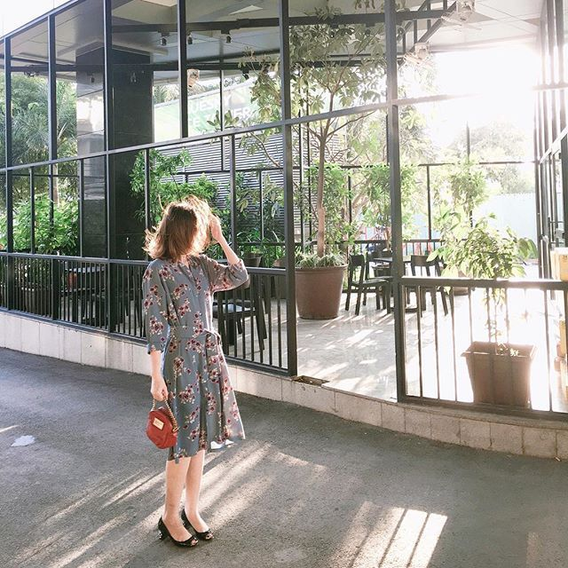 #khaubycqfeedback  Sáng sớm đầy nắng nhận được feedback xinh đẹp của khách hàng làm Khâu cực kì phấn khởi luôn. Trong ảnh khách đang mặc Long-Sleeves Floral Shirt Dress, có dây đai buộc ngang eo nữa ạ. Nhân tiện, Khâu lại vừa về hàng mới. Các bạn ghé Khâu- 150B Lý Tự Trọng, Quận 1 nhé.