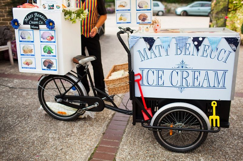 vintage icecream bike at wedding Navyblur | Hochzeitsblog - The Little Wedding Corner