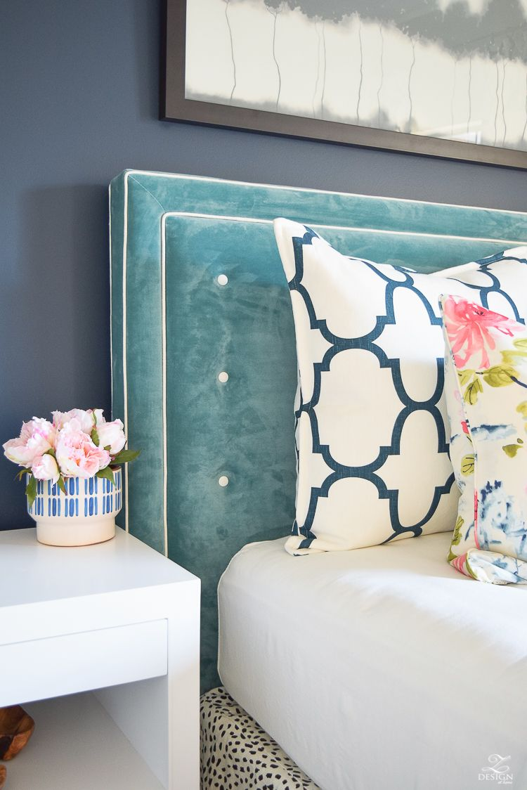 beautiful ways to decorate with velvet.  beautiful ways to decorate with velvet  navy blue walls tufted