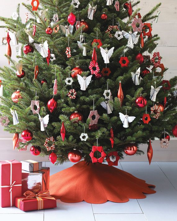 26 Of Our Most Creative Christmas Tree Decorating Ideas Creative Christmas Trees Christmas Tree Decorations Traditional Christmas Tree
