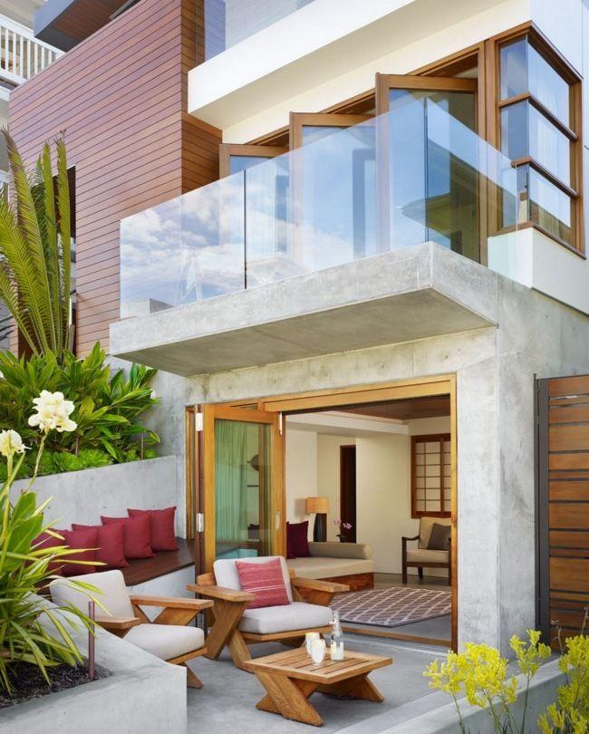 kleine terrasse gestalten holzmöbel sichtbeton glas geländer