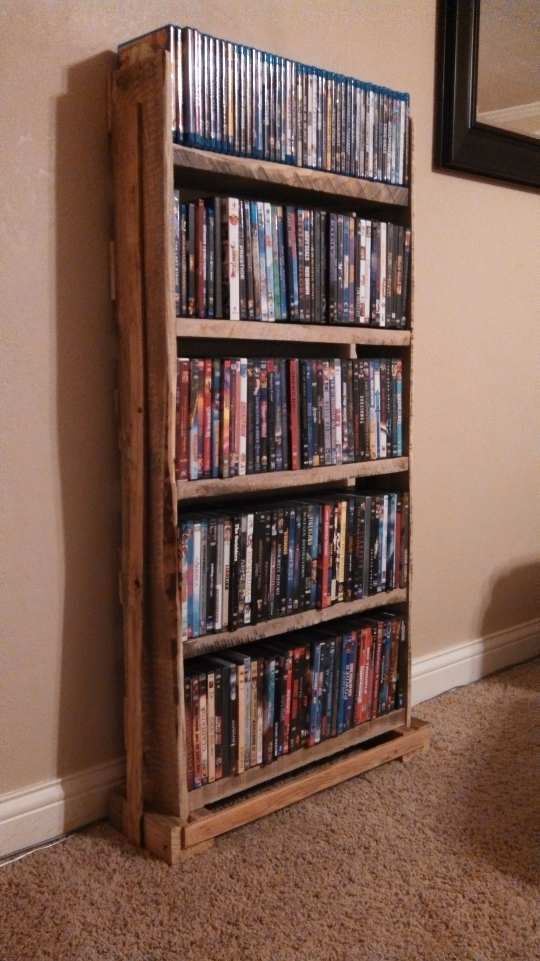 Space Saving Dvd Storage Ideia Diferente Para Os Pallets Use Os Como Estante De Livros E
