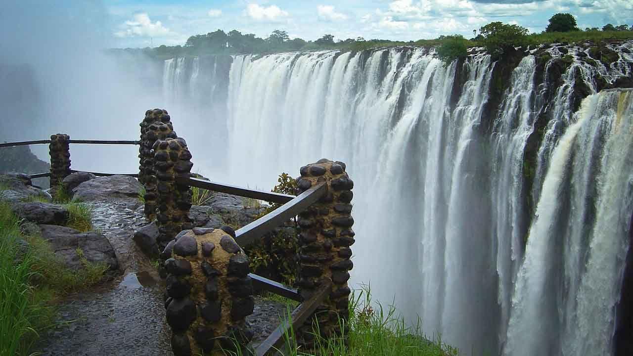Las cataratas Victoria, constituyen un salto de agua del río Zambeze situado en la frontera de Zambia y Zimbabue. Sobre las cataratas se encuentra el puente de las Cataratas Victoria, un antiguo arco de acero terminado en 1905. Las cataratas tienen una anchura aproximada de 1,7 km y 108 m de alto. Se consideran un espectáculo extraordinario debido al estrecho y raro abismo en que el agua cae.
