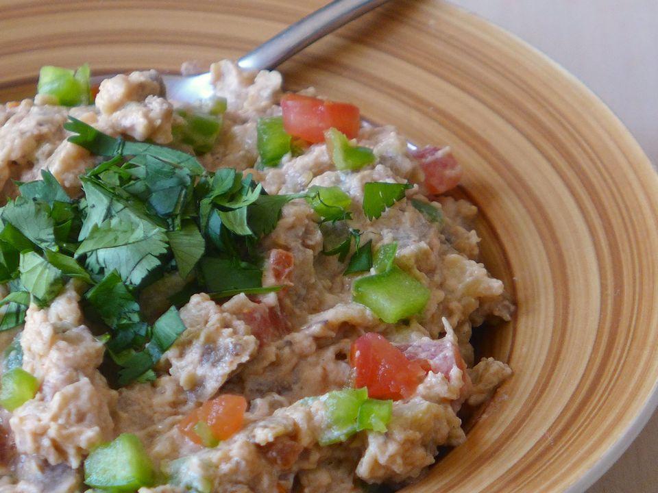 Recipe for salata aswad be zabadi (eggplant salad and yoghurt) that can be eaten with Sudanese flatbread called kissra.