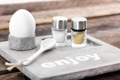 Accessoires für die Küche aus Beton selber machen und Stempeln oder Schablonieren. Speziell für den Kreativbereich ist die neue Zementmasse gemacht, denn sie ist staubfrei und schadstoffarm.