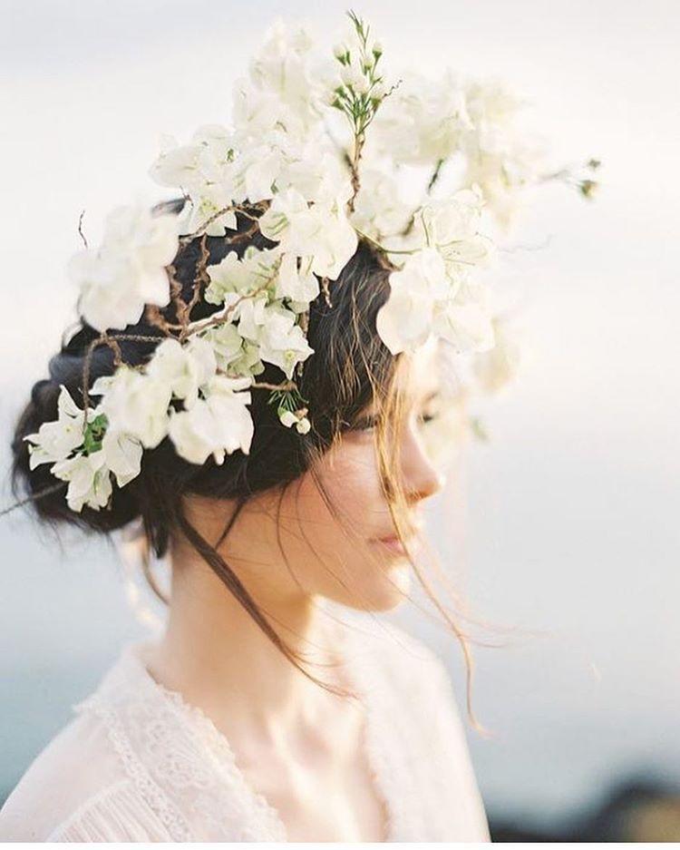 Des fleurs dans les cheveux...photo de @christineclarkphoto #lauredesagazan #weddingdress #robedemariee #vestidodenovia #vestidosdecasamento #abitodasposa #mariage #weddinghair #couronnedefleurs #flowercrown #inspiration #fleurs