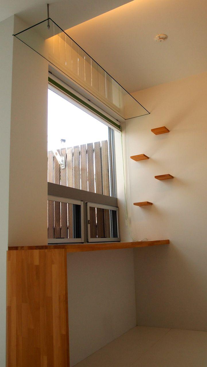 備え付けのデスクからネコ階段を伝ってガラス製のキャットウォークへ。