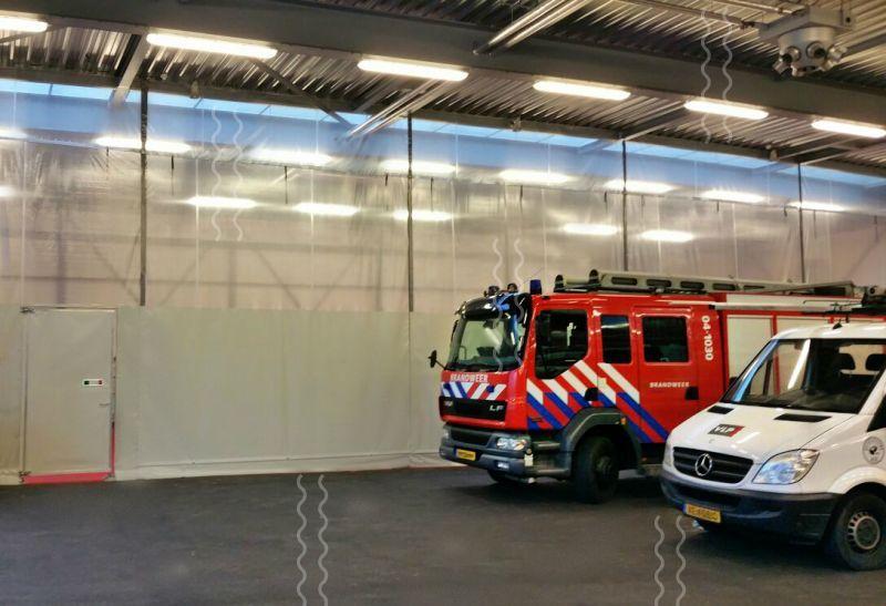 VLP heeft een vaste afscheidingswand geplaatst bij de brandweer in Zwolle om de keuringsbaan en de hal te scheiden.