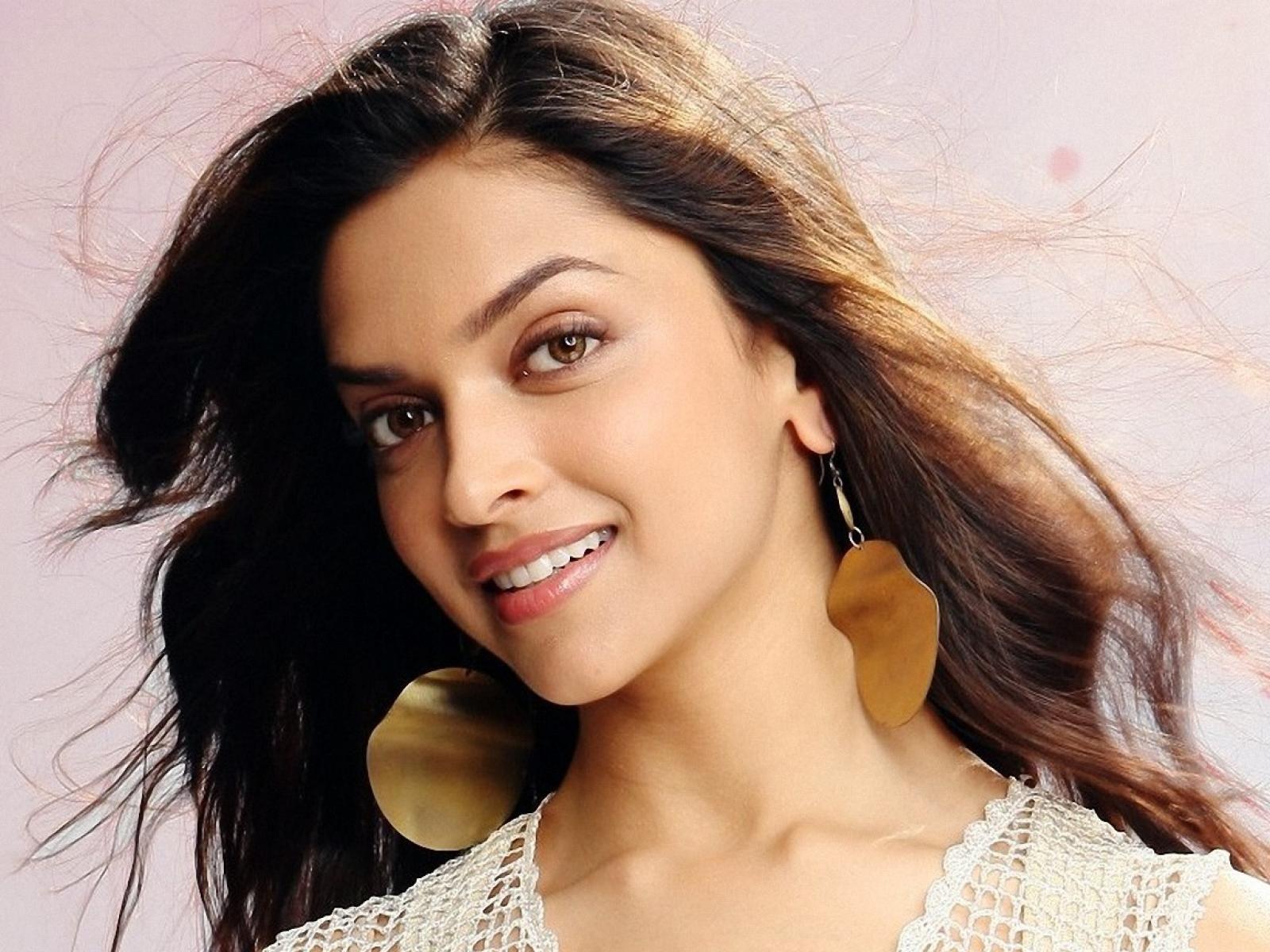 Deepika Padukone Smile Wallpaper High Quality Resolution Most Beautiful Bollywood Actress Beautiful Bollywood Actress Deepika Padukone Wallpaper
