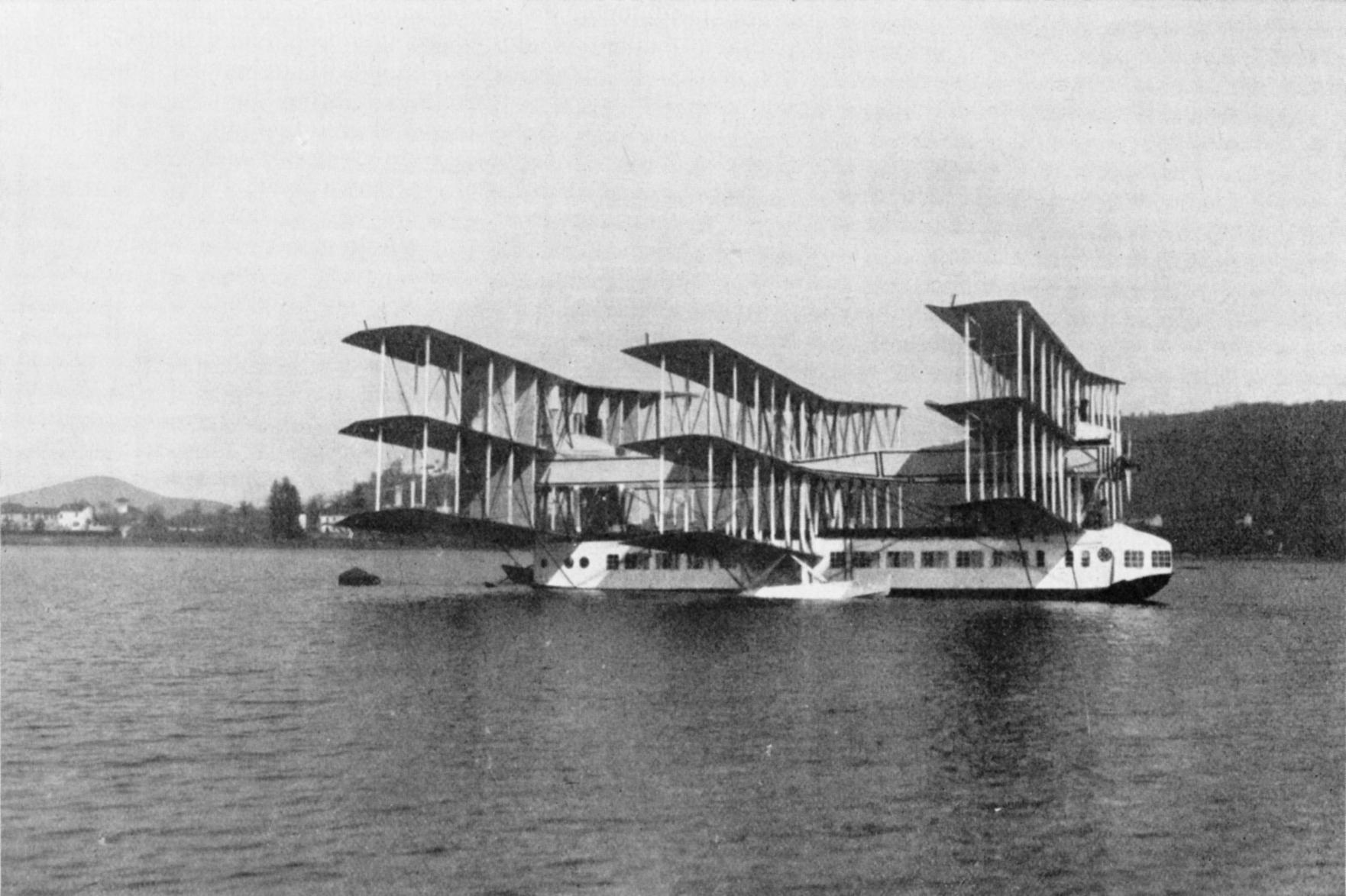 Caproni Ca 36. Il Transaereo sul lago Maggiore. Questa fotografia, scattata nel 1921, mette in evidenza la struttura delle tre cellule alari vincolate alla parte superiore .