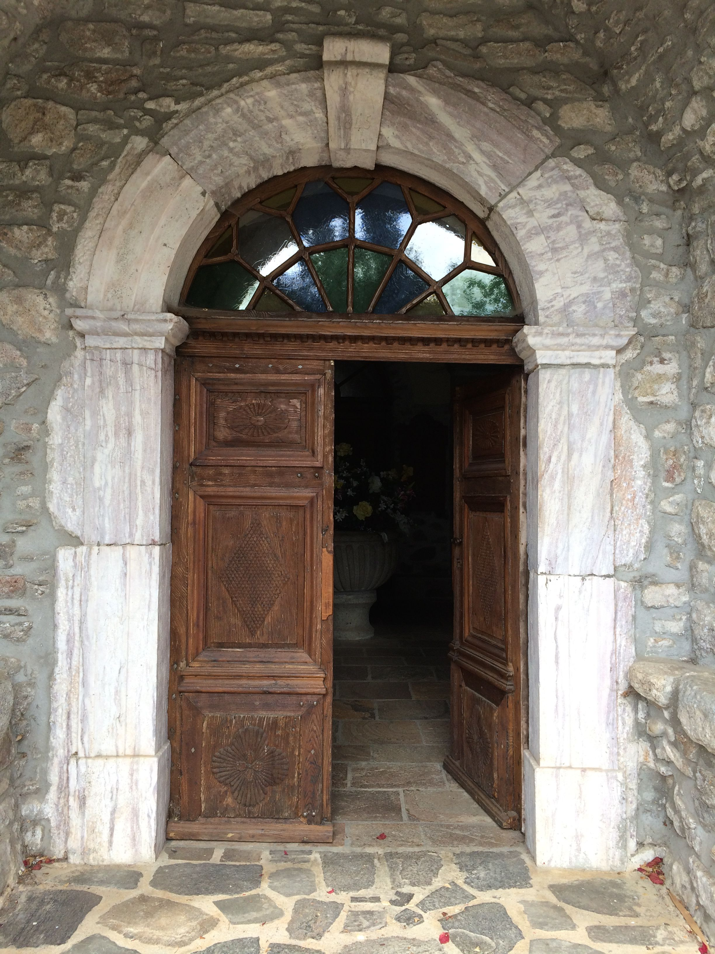 Entrée de l'église de Faïsse, Hérault.
