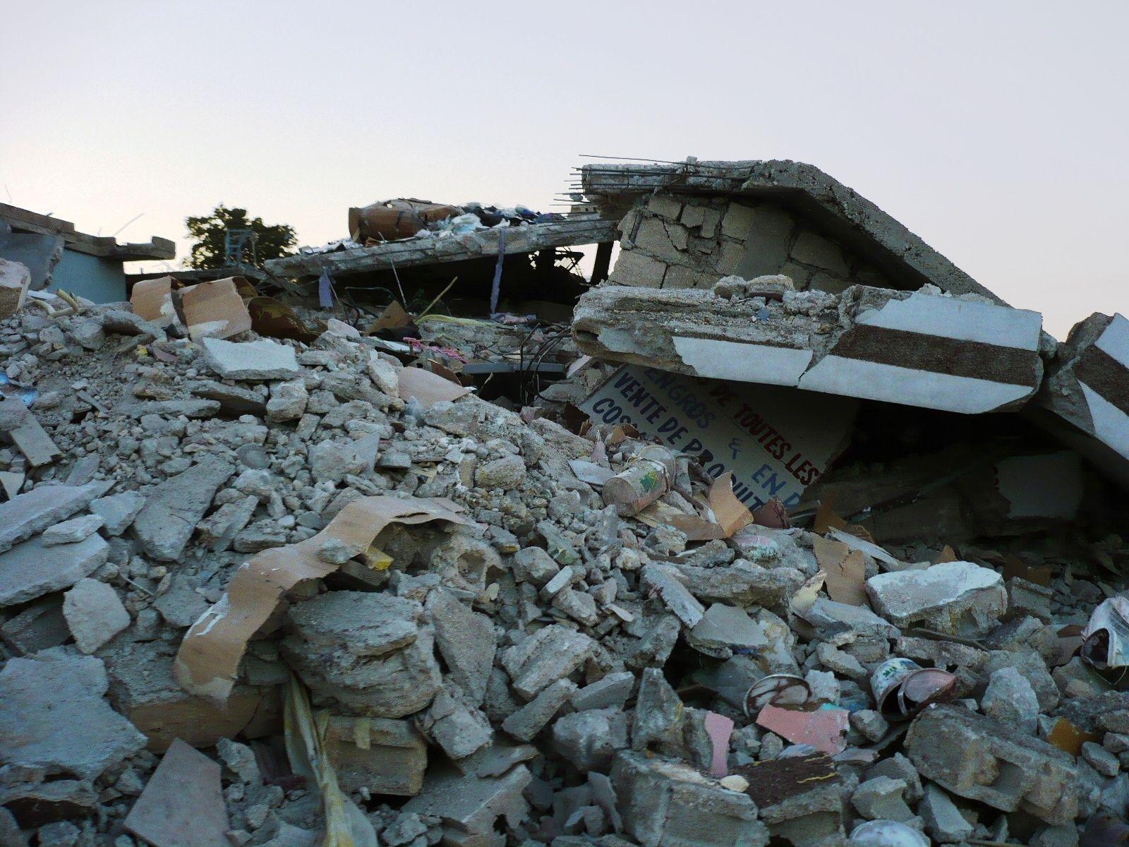 地震により崩壊した家