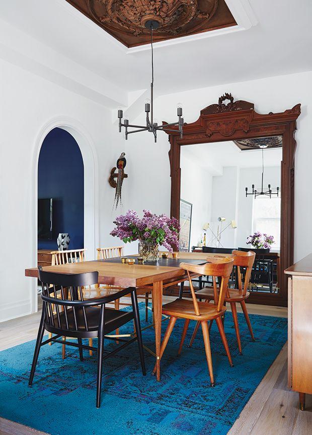 dans cette salle a manger un tapis bleu vif apporte une touche de modernite