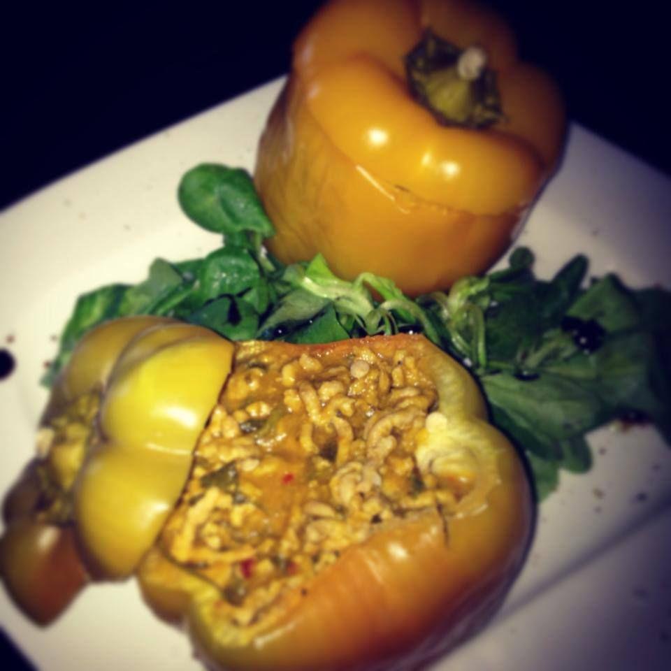 Gefüllter Paprika mit Tomaten-Zucchini-Karotten-Fleischsauce und Salat