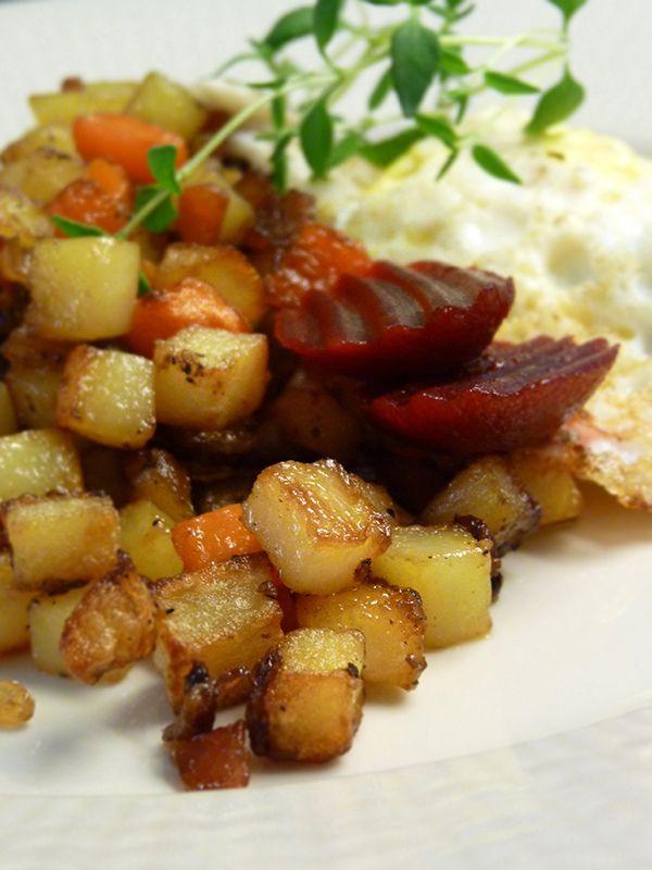Pytt i panna med stekt ägg och inlagda rödbetor. Läs mer på recept.com