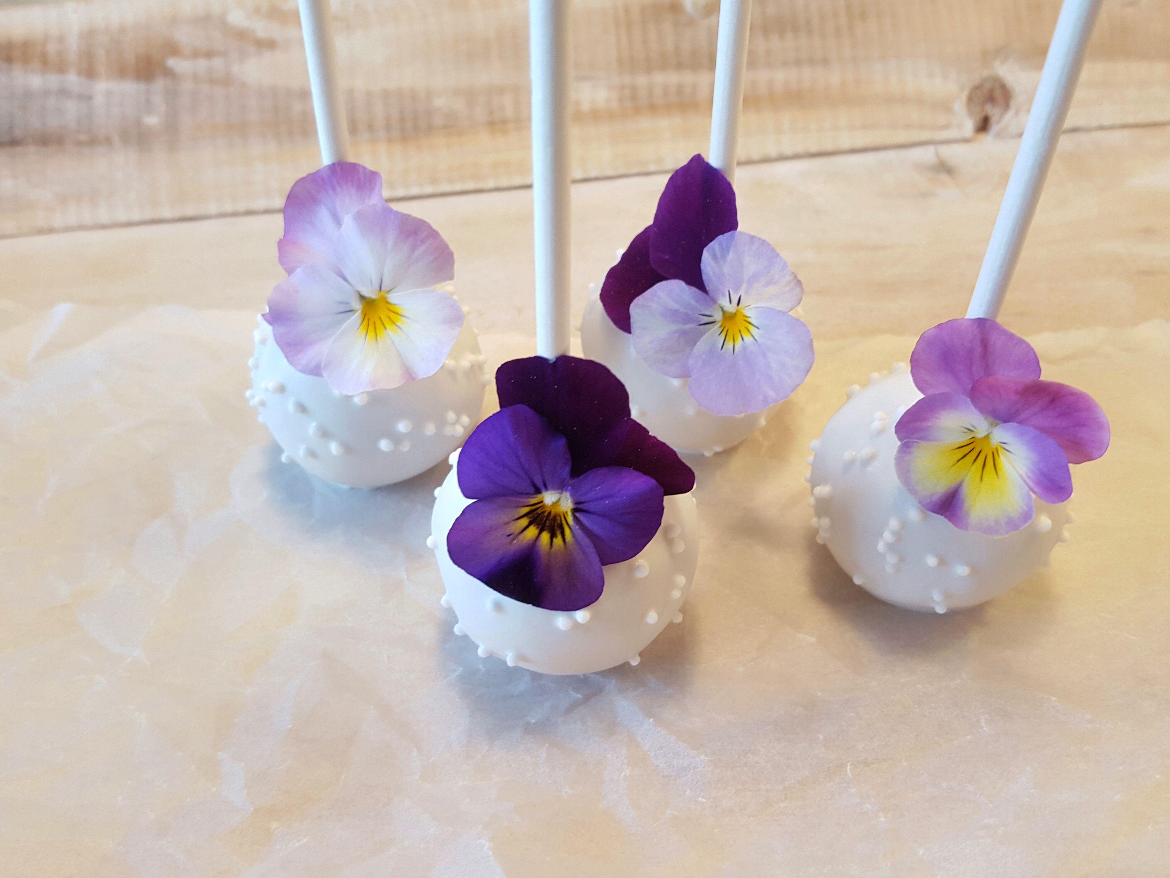Cake Pops mit essbaren Blüten.  Cake Pop Workshop mit Silvia Fischer   www.silviafischer.com/workshops   Linz, Austria