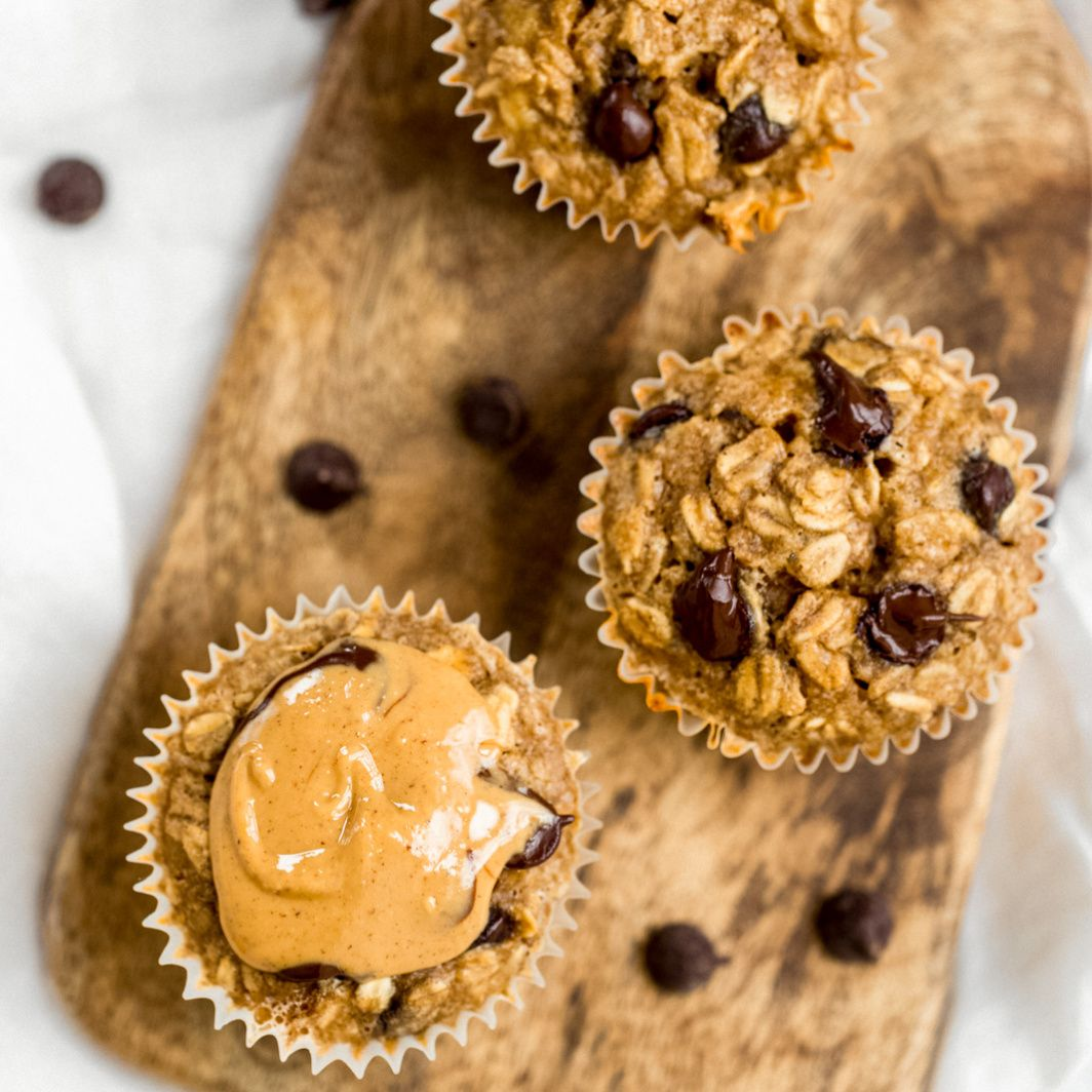 Peanut Butter Banana Baked Oatmeal Cups | Ambitiou