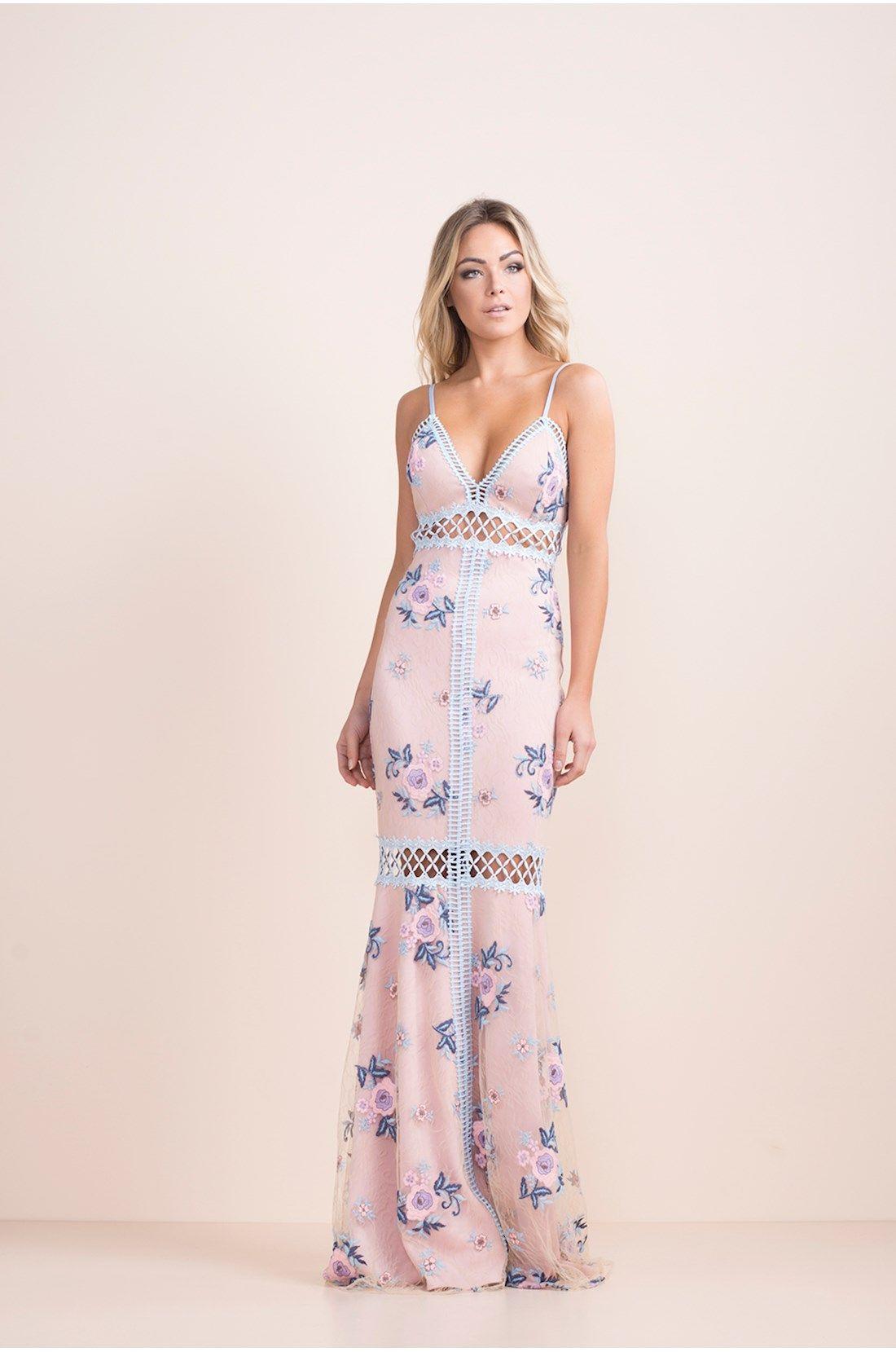 6643b4106 Vestido longo em tule rosa com bordado de flores e renda azul no decote
