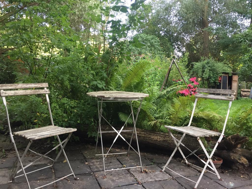 Sitzgelegenheit Garten ein schöner wilder garten mit feuerstelle und sitzgelegenheit