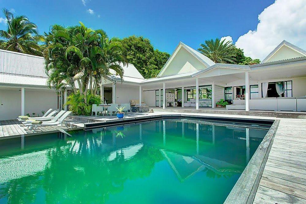 Location vacances villa Le Moule Une partie du deck Maison créole - location maison avec piscine dans le var