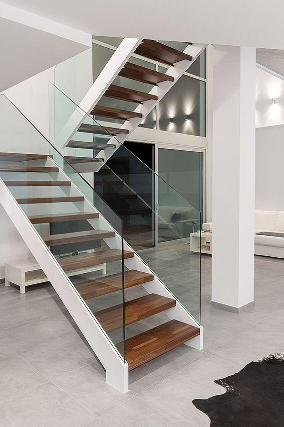 Escalera hierro con barandilla cristal azerometal for Escaleras interiores modernas