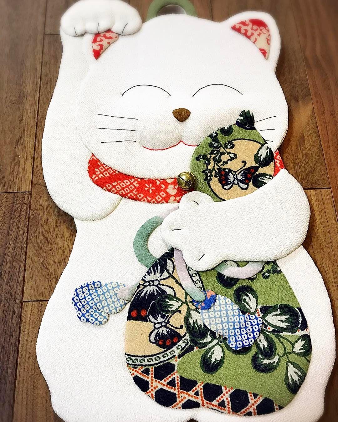 招き猫 これを作る時の1番のお気に入りは 鼻周りと手に綿を入れるところ モフモフしてくる感じがたまりませんニャ 宝来鈴 を付けたら なぜだか ドラえもんに思えてしまう 笑 welcomecat luckycat 古布 和 japan 日本 押絵 縁起物 猫 手作 招き猫