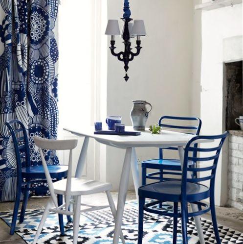 mesa branca, cadetras azuis, cortina estampada azul. Estilo de decoração inspirada no Mediterrâneo