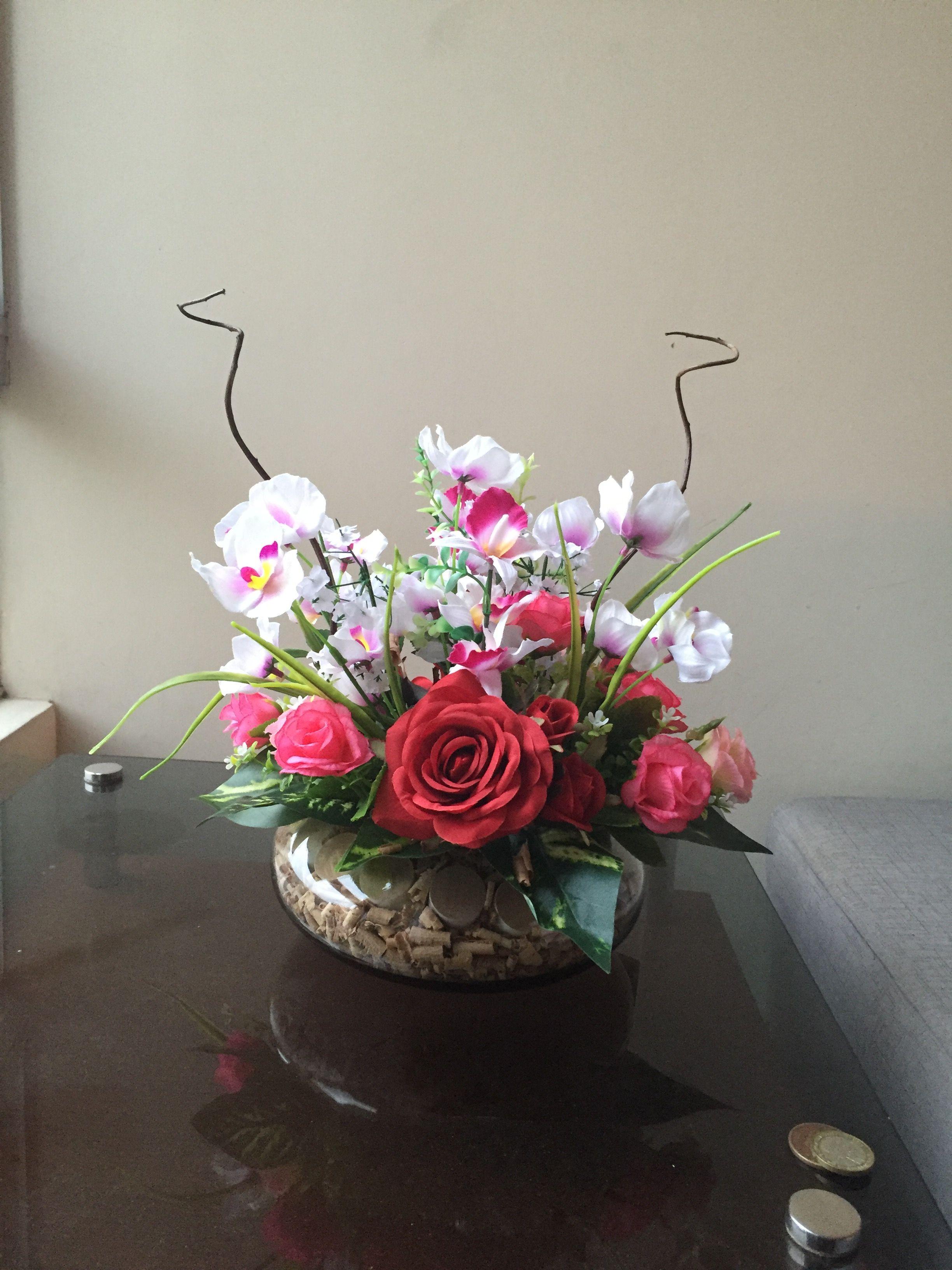 Arreglo con flores artificiales con toques ecol gicos para un centro de mesa dise o floral - Decoracion con plantas artificiales ...