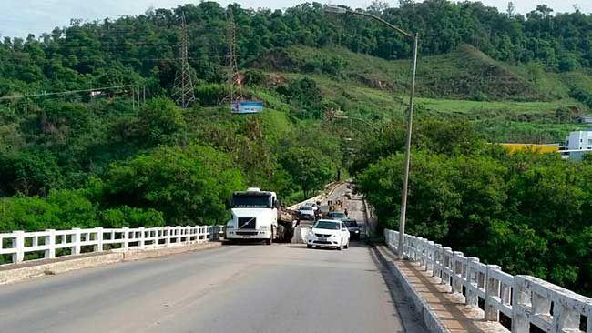 """#News  Carreta fica presa na """"Ponte Velha"""" em Coronel Fabriciano"""