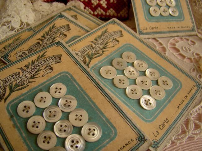 Rare carte 12 mini boutons anciens en nacre, à liseré,1900 (Ø 7,5mm)
