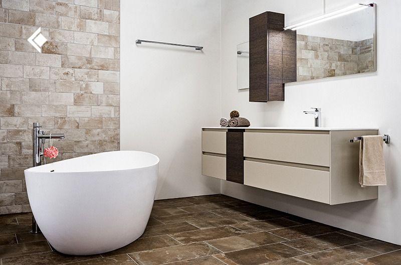 Warme Brauntone Im Badezimmer Badewanne Badezimmereinrichtung Badezimmer