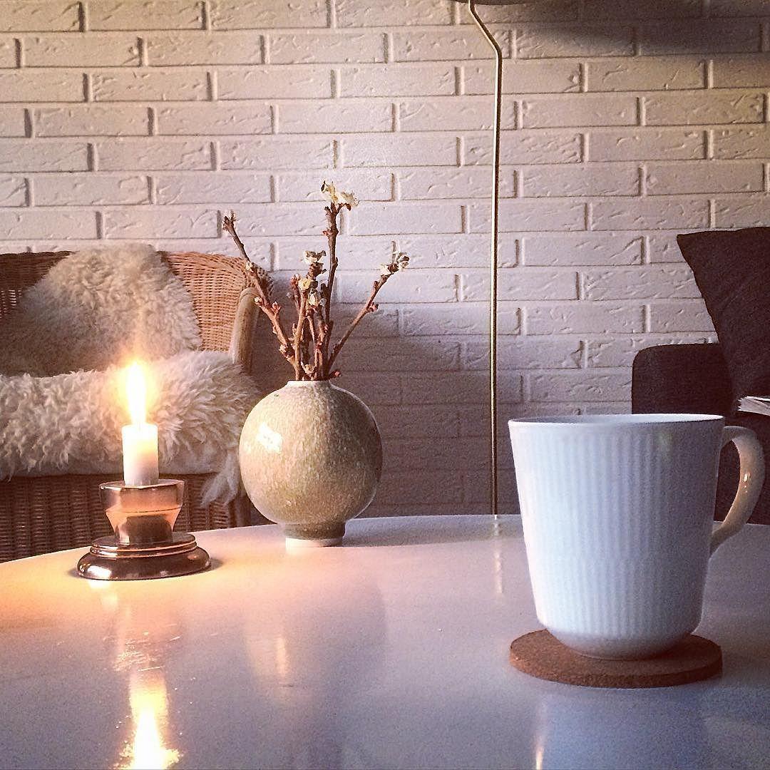 #Hvidriflet er også flyttet med. I stuen har vi et kæmpestort vindue hvor igennem jeg i skrivende stund nyder en solnedgang af den smukke slags. Tunge regnvejrsskyer blandet med blå himmel og lyserødt lys. Ja og så er der ild i brændeovnen for det varne forår lader altså vente på sig  #kahler #kahlerdesign #inspo #indretning #husejer #70ervilla #70erhus #diy #weekend by bystonesliving