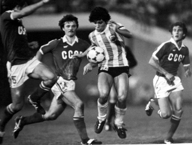 Diego Maradona in the final of the U20 World Cup between USSR and Argentina in 1979. OldFootballPhotos (@OldFoo… | Legends football, Football photos, Diego maradona