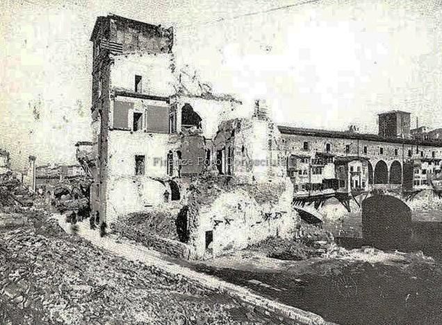Ponte Vecchio ed i suoi palazzi dopo la seconda guerra mondiale, non è un bello spettacolo.#ConosciFirenze.
