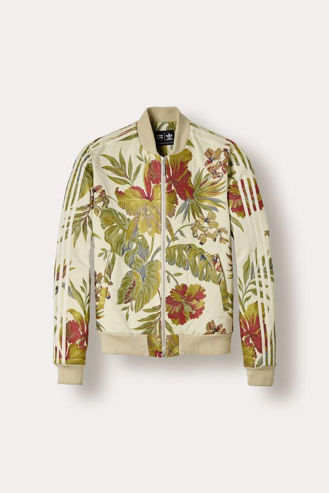 Serial designer opérant pour Adidas, le chanteur touche à tout dévoile dans  sa dernière collection capsule une nouvelle variation fleurie de la Stan  Smith ... 4b1e0dc9ccf7
