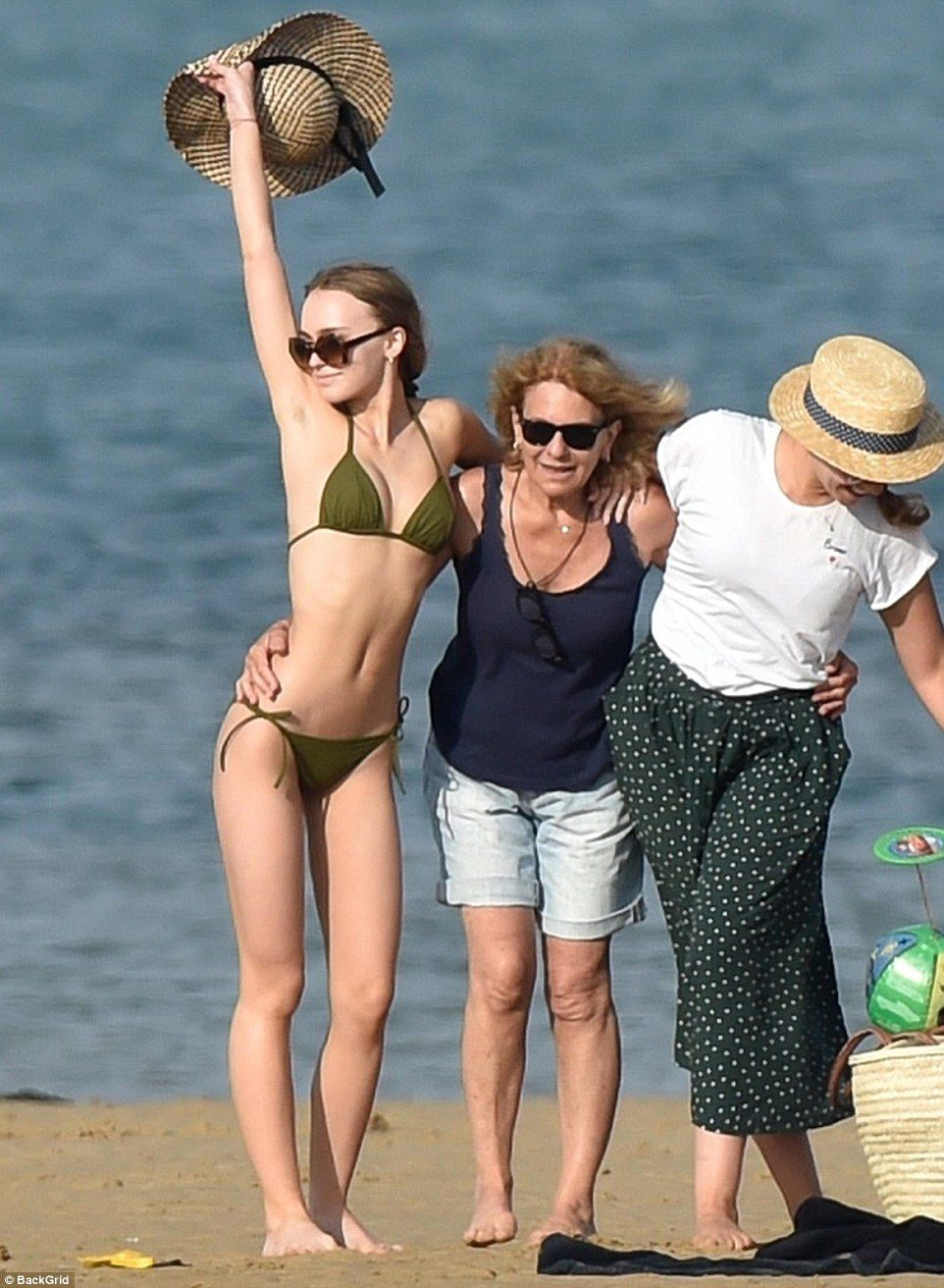 Arte Concert Vanessa Paradis Lily Rose Depp Lets Loose On Island Family Trip With Mom Vanessa