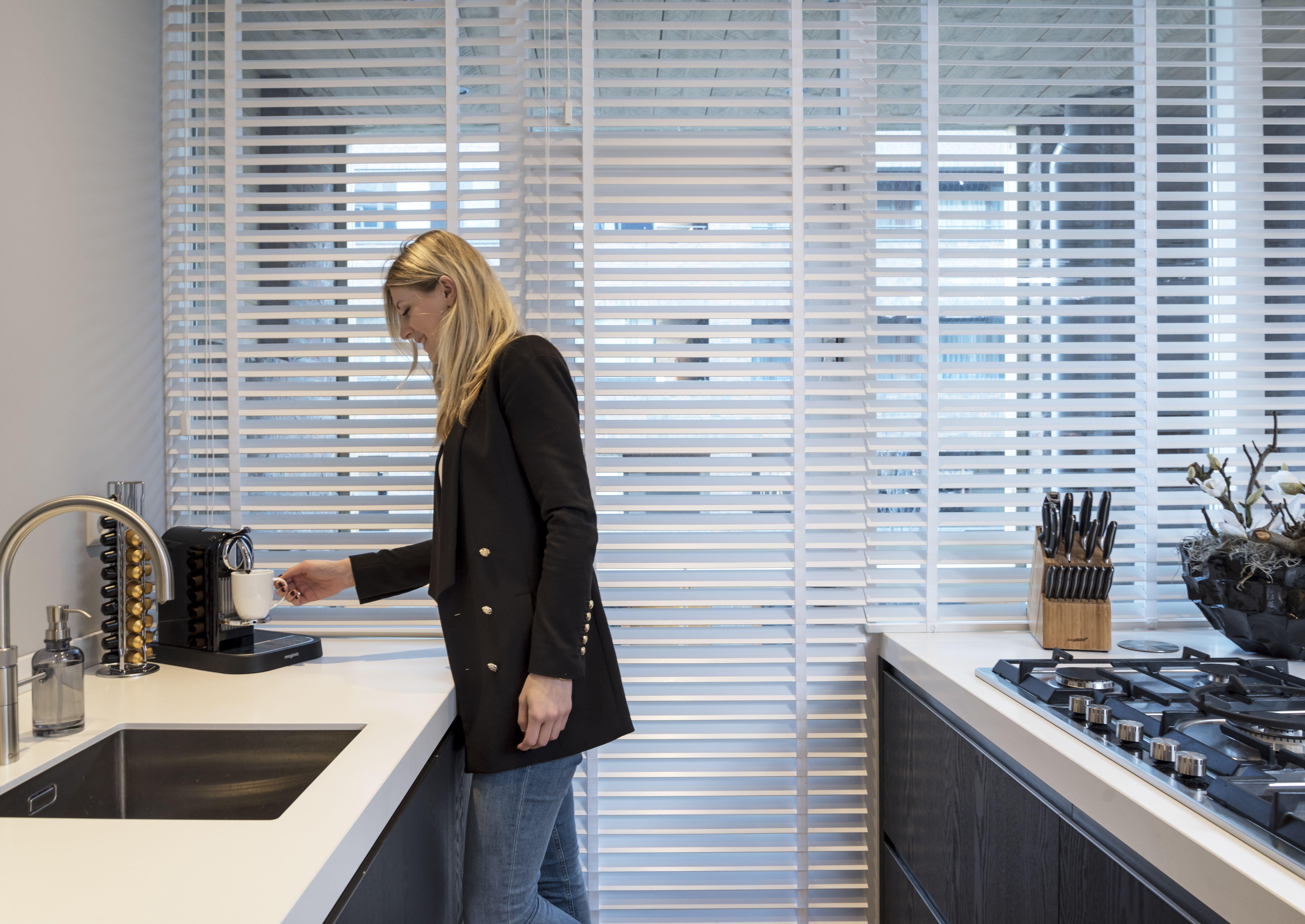 Inhuis plaza witte houten jaloezieën in de keuken goed schoon