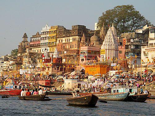 Varanasi, washing and watching in and on the Ganges River, Uttar Pradesh  state. | Varanasi, Viagem para india, India fotos
